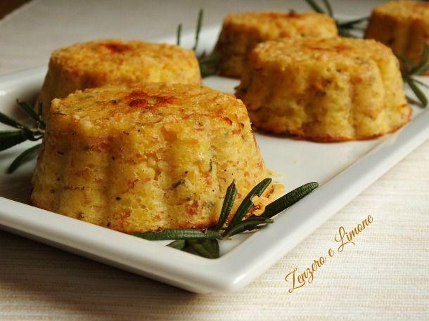 Questi sformatini di patate sono dei piccoli tortini monoporzione resi gustosissimi dal prosciutto cotto e dal formaggio che arricchiscono il composto.