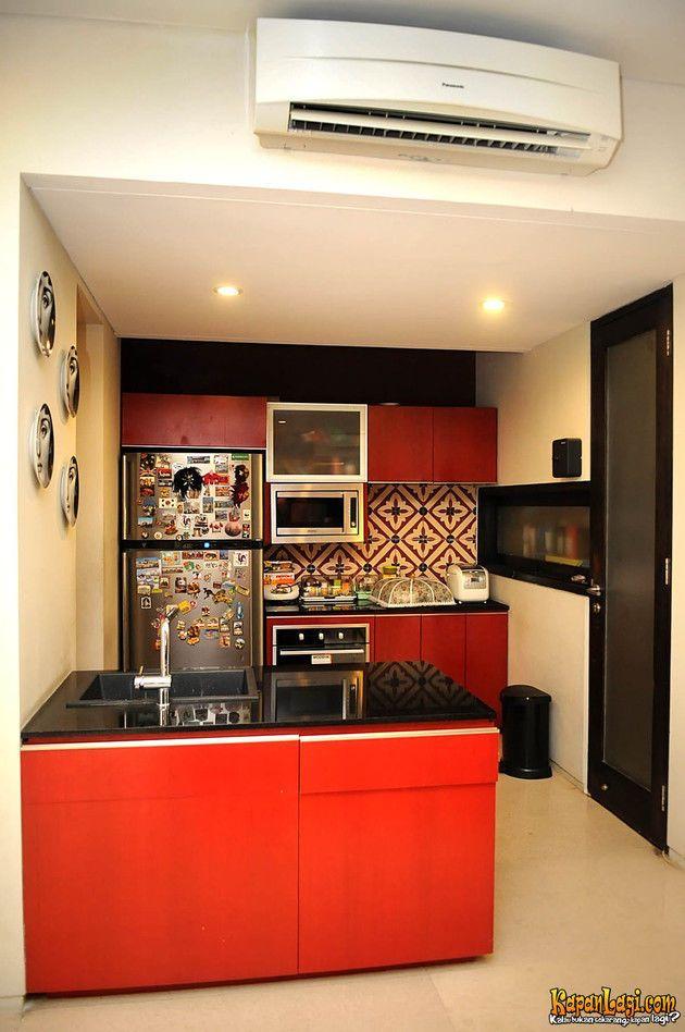 Beranjak ke dapur yuk! Small dry kitchen ini memiliki kitchen island table with one sink berwarna merah.