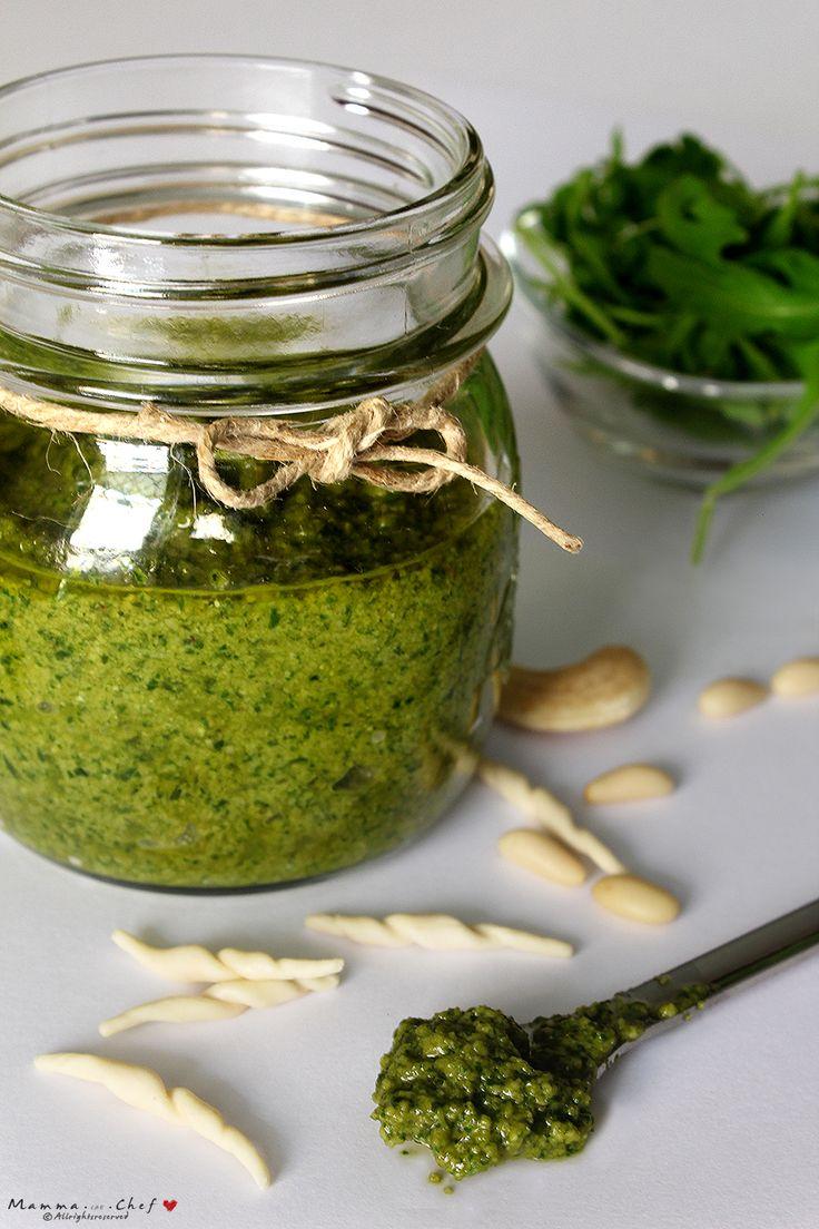Il Pesto di rucola e anacardi è un pesto veloce da preparare, nutriente e profumatissimo. Viene preparato con basilico, rucola, pinoli, anacardi e olio EVO