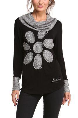 Camiseta de manga larga para mujer modelo Myriam. Jugamos con tonos grises para darle a esta prenda que tiene un estampado sencillo, un aire diferente. La margarita le da el toque divertido y Desigual que buscas.