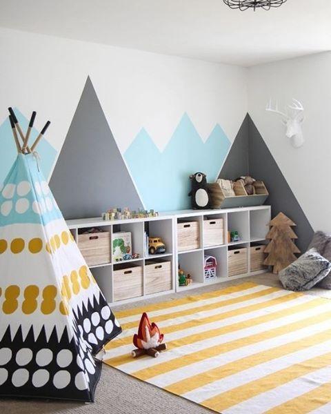 Une chambre d'enfant décorée comme un extérieur