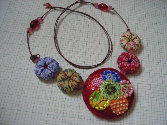 A mistura de cores e materiais dão um toque de originalidade ao medalhão de feltro e, pequenos fuxicos e contas de acrílico imprimem leveza ao colar. R$ 40,00