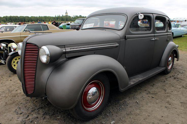 Ari Eskelisen auto on merkiltään Dodge ja malli on D5. Vuosimalli on 1937. Auto on alkuperäinen suomi-auto ja toiminut kuulemma sotatilan aikana Karjalassa osana esikunnan kuljetuskalustoa.  Alkuperäinen kutos/manuaali tekniikka on vaihtunut chevyn 5,0 V8:iin ja automaatti vaihteistoon. Akselit on Ford mustangista. Koria ei ole muuteltu. Väriksi valittiin SEM Hot Rod Smoke.
