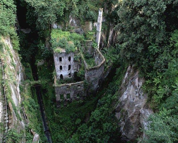 Imagen: Molino abandonado Sorrento, Italy (© Karen Burns/www.PaintedWorksByKB.com)