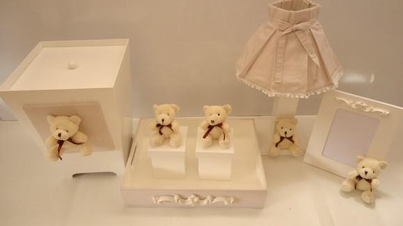 kit ursinhos creme em MDF laqueado, com tecido 100% algodão inclui:  1  Kit higiene ursinho com 2 potes        R$   95,00 1  Abajur ursinho                                   R$   88,00 1  Porta retrato ursinho                         R$   43,00 1  Lixeira ursinho                                   R$   80,00 R$306,00
