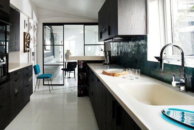 un cuisine spacieuse en noir et blanc avec un dosseret vert foncé