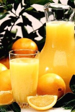 Pour 15 personnes - 2 litres de jus d'orange 100% pur jus - 1 litre de jus d'ananas - 1 litre de jus de pamplemousse - 33 cl de sirop de canne - 3 bâtonnets de cannelle - 3 gousses de vanille bien charnues - 1 belle orange non traitée - 2 citrons jaunes non traités - 2 citrons verts non traités