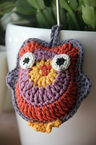 Isn't it cute the DROPS Hedwig owl? It's an easy, little pattern! Fast to make and you can use it for all sorts of things: decorations in your house or maybe on bags or childrens clothes, as a key hanger, on headbands... you name it! You can make Hedwig in two sizes and in any kind of yarn you like!