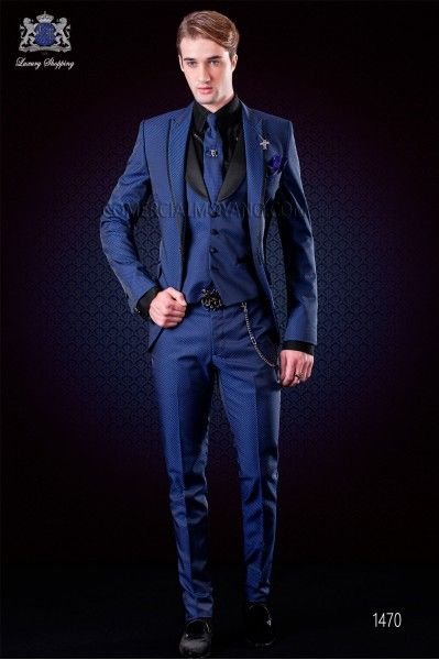 Traje italiano moderno azul eléctrico microdiseño. Solapa a punta con vivos de raso y 1 botón. Tejido mixto lana.