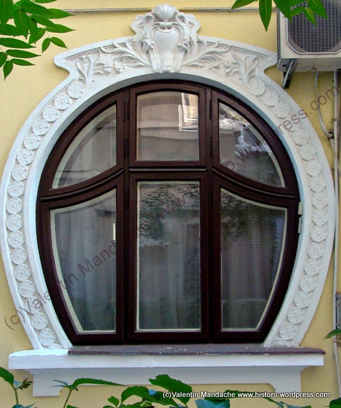 Bucharest Art Nouveau style round window | Historic Houses of Romania