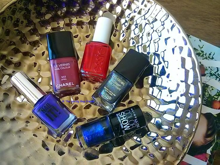 Idon'tnecessarily change up my makeup or nail choices based on the season but if Ihad to, today's post, features the nail polishes I would pick.Clockwise (from top) - Chanel April, Essie Really Red, Covergirl Midnight Magic, Maybelline Blue Freeze, Sportsgirl Bossy Boots