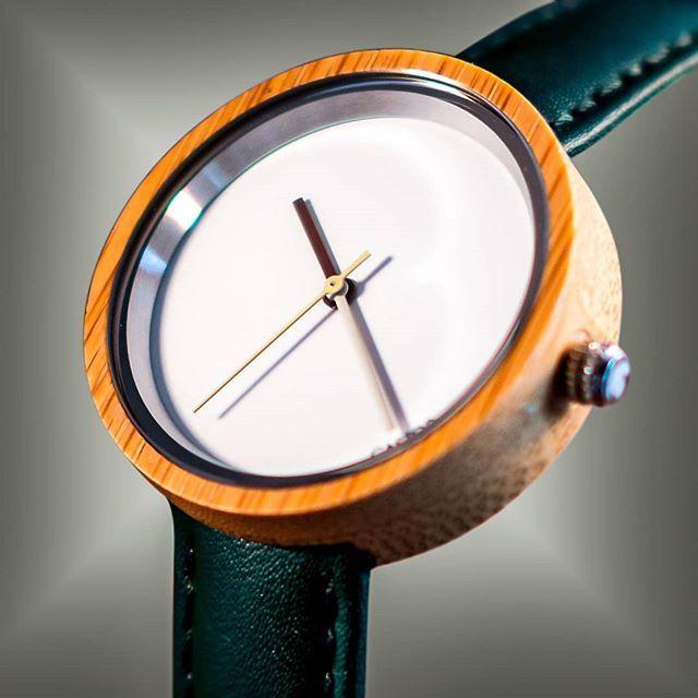 Los Punteros Del Castor Luz Son De Colores Distintos Para Hacerlo Mas Moderno Y Ludico Pero Usando Tonos Pastel Para Mantener U Leather Watch Clock Accessories