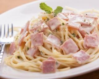 Spaghetti légères à la carbonara, sauce au fromage blanc 0% : http://www.fourchette-et-bikini.fr/recettes/recettes-minceur/spaghetti-legeres-la-carbonara-sauce-au-fromage-blanc-0.html