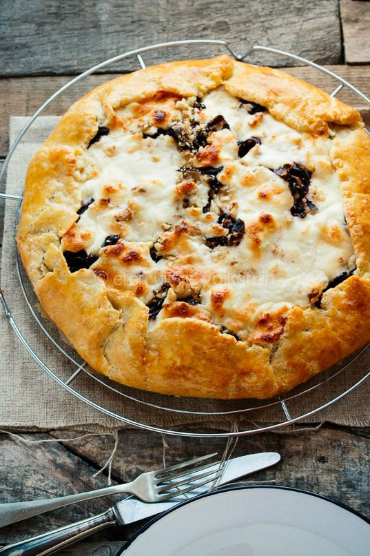 Savory pie with red cabbage, walnuts, apple and goat cheese