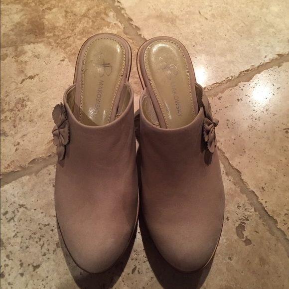 B Makowsky wooden heeled clogs! Light nubuck wooden heel clogs ! Very comfortable ! Great with jeans , skirts or dresses!! You will love these ! Only worn once❤️☺️ b. makowsky Shoes Mules & Clogs