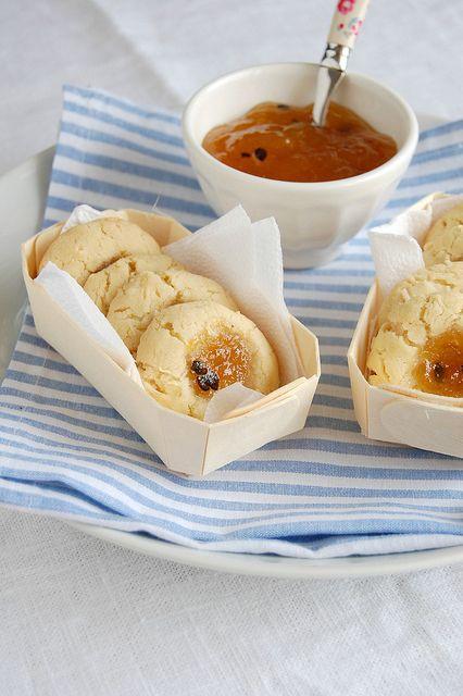 Biscoitos de coco com geleia de maracujá