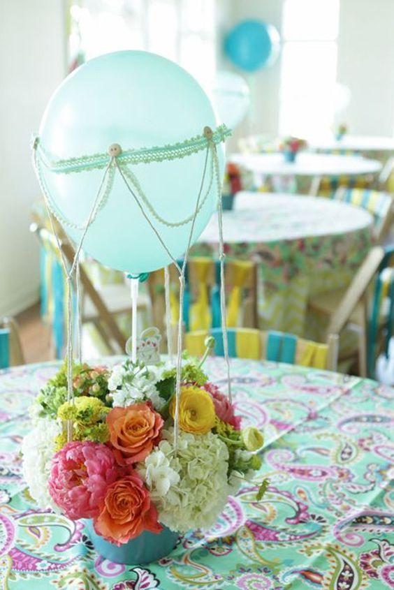 Crea un centro de mesa colorido con un arreglo de flores y Globos, para eventos de noche puedes utilizar globos con luz led