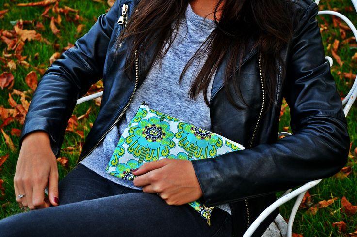 Total look noir associé à une pochette colorée, aux couleurs raffraichissantes.  Modèle : Moera sur Jacobas.fr
