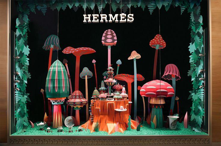Красочная витрина магазина Hermès в Дубае