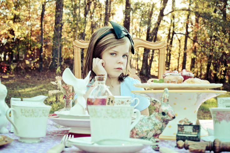 Photographer Mom Turns Her 9-Year-Old Daughter Into Iconic Characters | Bored Panda Alice in Wonderland