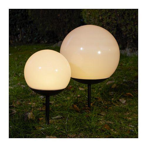 IKEA - SEGLATS, LED太陽電池式グラウンドスティックライト, 太陽光を電力に変換するソーラーパネルを使用しているため、環境に優しく、電気代もかかりませんどこでも使えます。ケーブルや電源プラグは必要ありません簡単に持ち運べます光源にLEDを採用。白熱電球に比べて消費電力が約85%少なく、20倍長持ちします