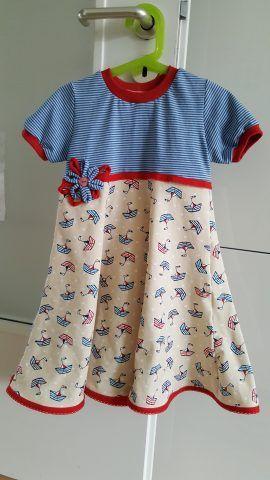 """Maritimes Kleid aus tollem Jersey - Kurzarmkleid aus Jersey """"Happy Boat"""" in Gr. 110 Schnitt: Schnabelinas Kapuzenkleid   Maritime Kleidung ist nach wie vor ein Dauerbrenner. Kein Wunder, bei so schicker Umsetzung sieht es auch immer wieder klasse aus. Ein ganz tolles Kleid, dass uns Annina da eingereicht hat. Nachmachen dringend erwünscht!"""