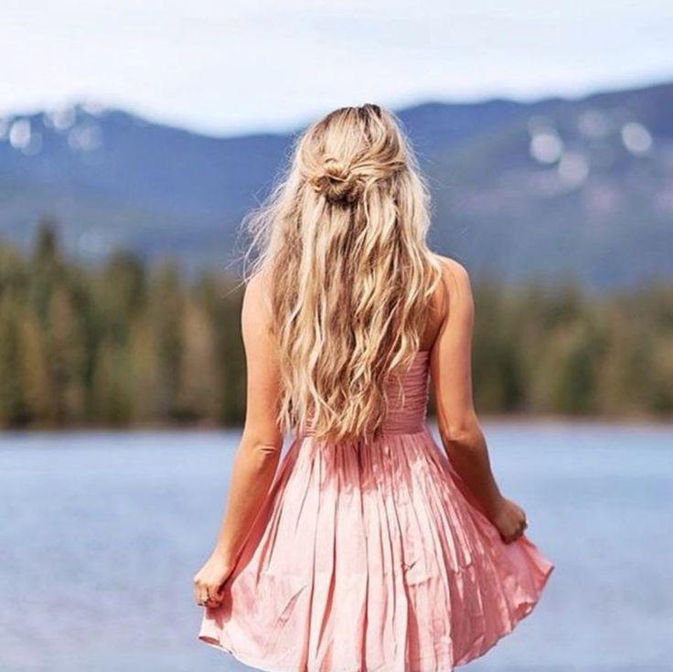 Die Haare offen tragen oder hochstecken? Sie müssen sich nicht mehr entscheiden. Der neue Frisuren-Trend heißt Half-Up (halb hochgestecktes Haar) und geht so einfach, wie er klingt. Ein oder zwei breite Strähnen werden locker aus dem Gesicht hochgesteckt, der Rest bleibt offen. So fliegen keine lästigen Haare ins Gesicht, und der Look lässt Sie sogar schlanker wirken, weil er das Gesicht optisch verlängert. #halfup #frisur #styling #dutt #haare