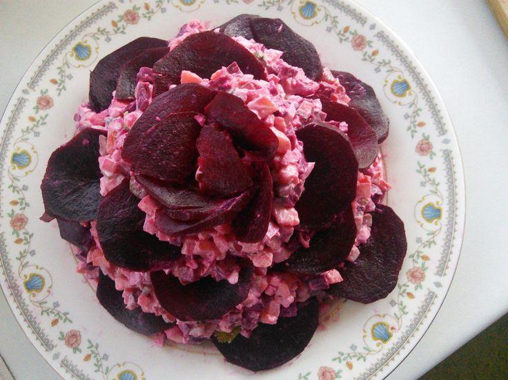 Праздничный салат «Чёрная роза»  Салат «Чёрная роза» — это отличное блюдо не только для повседневно, но и праздничного стола. Он выглядит очень эффектно! Называется этот салат так, потому что оформляется в виде цветка, свекольные лепестки которого имеют тёмный цвет. Именно поэтому старайтесь брать свёклу насыщенного цвета.  Состав салата может быть совершенно разным: это и традиционная «Сельдь под шубой», винегрет или простой свекольный салатик. Главное, украсить его именно так  — в виде…
