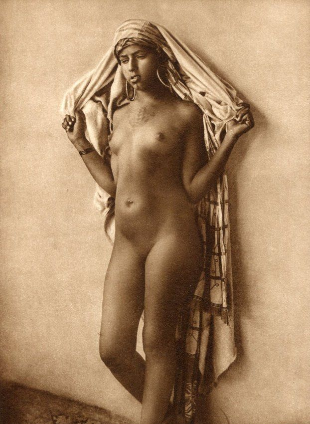 hand-persian-female-nude