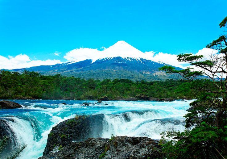 Petrohue Falls ligger i Vicente Peres Rosales Nationalpark i Chile, ikke så langt fra byen Puerto Varas. Her kan du nyde smuk natur, vulkaner, floder og søer.
