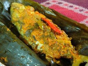 Bahan: 550 gr daging ikan, potong kecil-kecil 4 sdm minyak 3 buah tomat, iris kecil-kecil 4 sdm irisan daun bawang Bumbu yang dihaluskan: Daun pisang untuk pembungkus. 5 btr kemiri Garam secukupnya 5 siuang bawang putih
