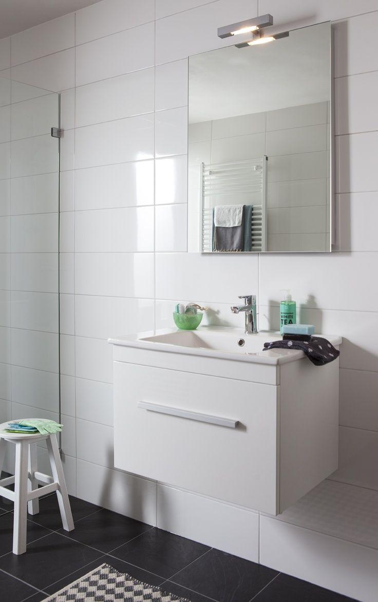 Het Baderie meubel heeft een strak uiterlijk en extra veel opbergruimte door de grote lade. Deze lade is voorzien van softclosing, waardoor de lade op een zachte en comfortabele manier sluit. Het keramische wastafelblad, het spiegelpaneel met verlichting en de tijdloze en duurzame Baderie wastafelkraan maken van deze meubelcombinatie een musthave voor jouw badkamer.