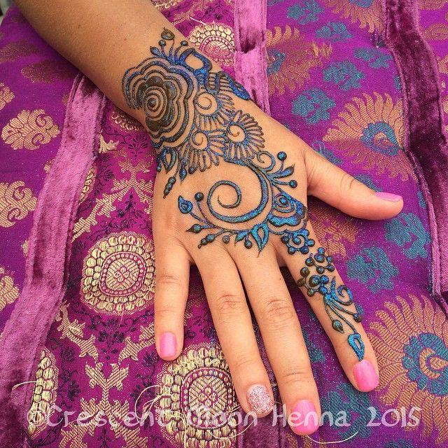 Love #glitter on #henna ! #freestyle #Andersonville #Midsommarfest #crescentmoonhenna
