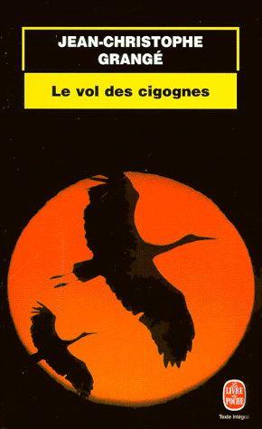 Un ornithologue suisse est trouvé mort d'une crise cardiaque.  dans un nid de cigognes. Malgré cette disparition, Louis, l'étudiant qu'il avait engagé, décide d'assumer seul la mission prévue : suivre la migration des cigognes jusqu'en Afrique, afin de découvrir pourquoi nombre d'entre elles ont disparu durant la saison précédente. Parmi les Tsiganes de Bulgarie, dans les territoires occupés par Israël, puis en Afrique, Louis court d'énigme en énigme et d'horreur en horreur