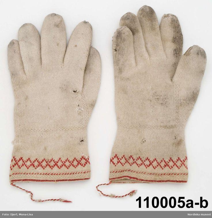 Ett par fingervantar för man tvåändstickade av fint vitt ullgarn, krage med mönsterbård i rött ullgarn. Ore, Dalarna, Sweden