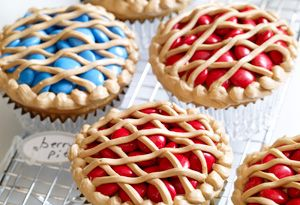 Pie cupcakes, super cute idea for Thanksgiving.  You could even add a layer of buttercream frosting, then add real pie filling and then add the lattice work with icing.