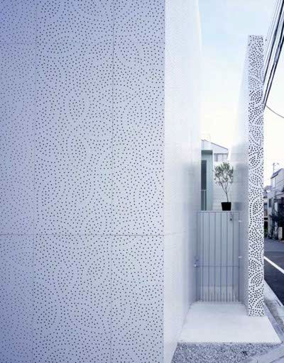 Découverte d'une maison fleur au pays du Soleil Levant ! Grâce à un enveloppement de dentelle de béton avec des motifs japonisants, une maison d'habitation revêt une seconde peau avec élégance !  http://www.popavenue.com/post/2008/06/25/Sakura-la-maison-fleur-de-Tokyo  #architecture