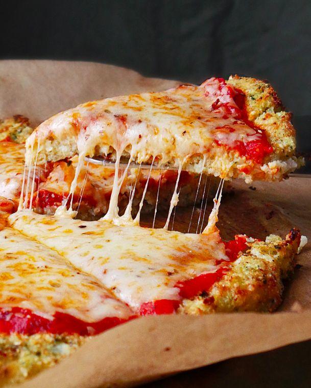Käsepizza mit Blumenkohl-Pesto-Rand | 21 Rezepte mit viel Käse in einer gesünderen Variante
