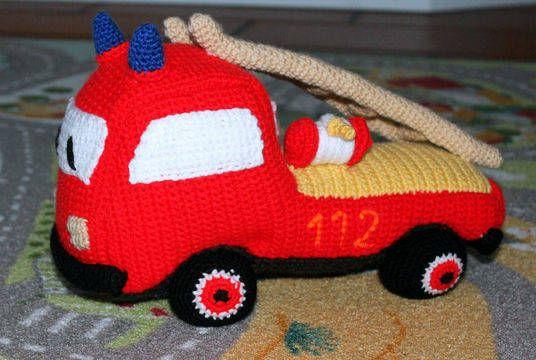 Tatü tata, die Feuerwehr ist da. Hier kommt ein super softer und süßes Feuerwehr Auto. Das Auto kann überall mit hin, sogar als Kissen mit ins Bett.    Ein richtig schönes Geschenk für jeden kleinen oder großen Jungen, der auf Sirenen steht und schon tausend Matchboxautos im Schrank stehen hat.  Wenn trotz ausführlicher bebilderter Anleitung noch Fragen auftauchen, bin ich natürlich jederzeit gerne behilflich.