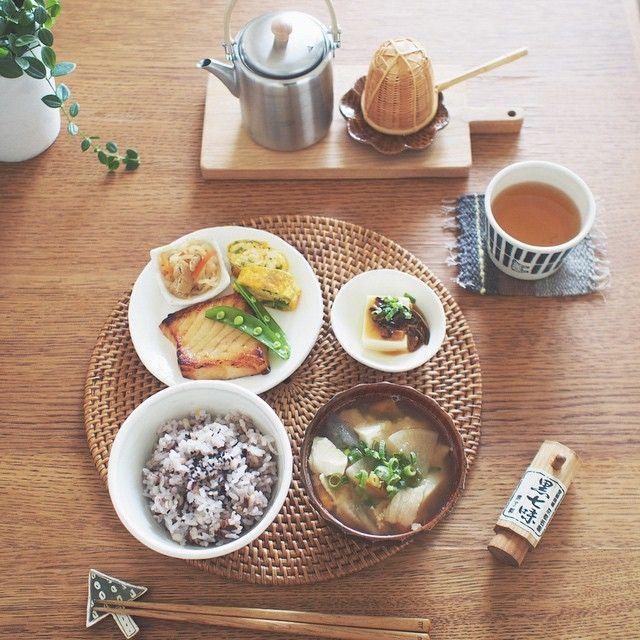 おはようございます♫ 今朝は雑穀米で和朝食。 もちもち雑穀米に黒ごまたっぷりふりかけて豚汁と一緒に。 頂いた西京焼き美味しかった♡ 今週もよい一週間になりますように◟́◞̀♡