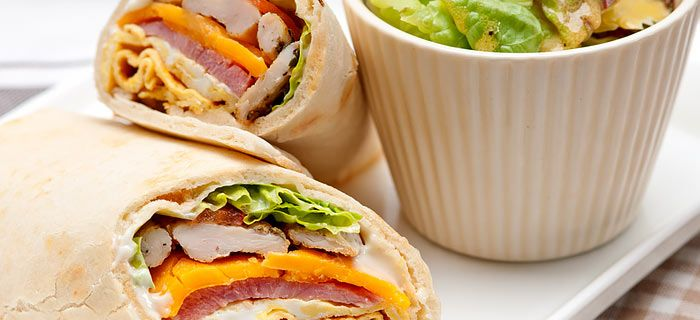 Een club sandwich in een rolletje. Lekker met kipfilet, schouderham, cheddar en een gebakken eitje.