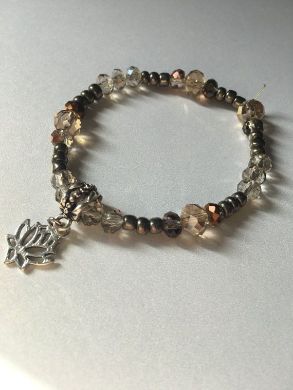 Bracelet de bille de verre et breloque en fleur de lotus
