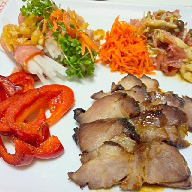 おうちでクリスマスイブイブディナーをしました(^_^) 前菜盛り合わせで焼豚、パプリカソテー、大根とスプラウトの生ハム巻き、ニンジンのフレンチサラダ、キノコと生ハムのマリネです☆ - 40件のもぐもぐ - イブイブのディナー前菜盛り合わせ☆ by kinopino