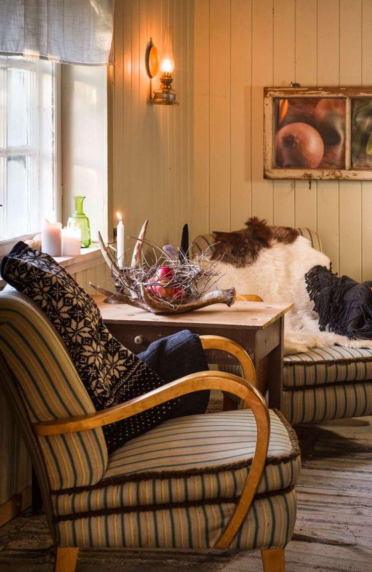 KOMFORTABEL LENESTOL: De velbrukte lenestolene står i en krok av stua og er gode å sitte i. En strikkekofte får bo her ute og varmer godt den første kvelden mens peisovnen sakte får temperaturen opp i huset.