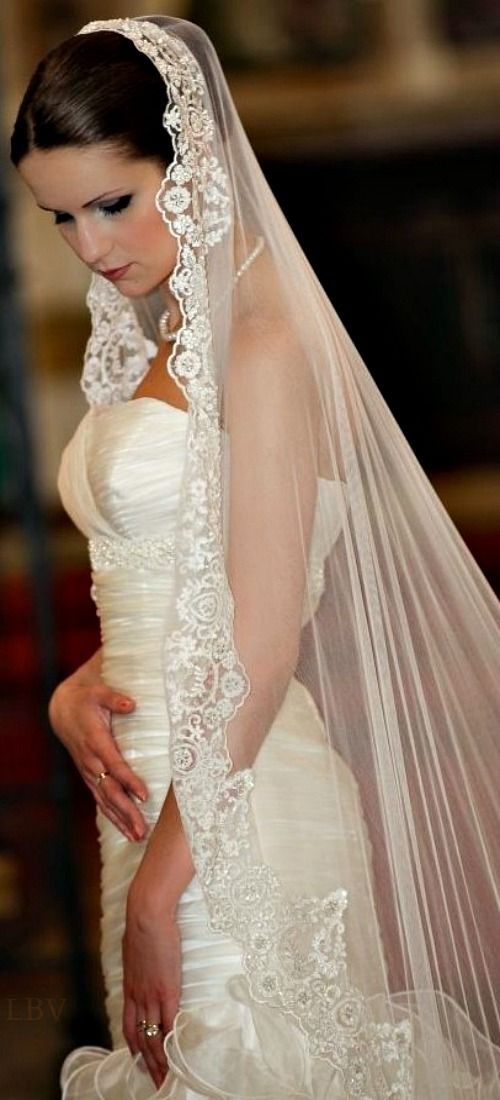 Silk mantilla wedding veil Chanel - #Vestidos de #novia en @bijouprivee