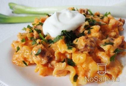 Kolbászos - füstölt sajtos tészta Vikkitől: http://www.nosalty.hu/recept/kolbaszos-fustolt-sajtos-teszta