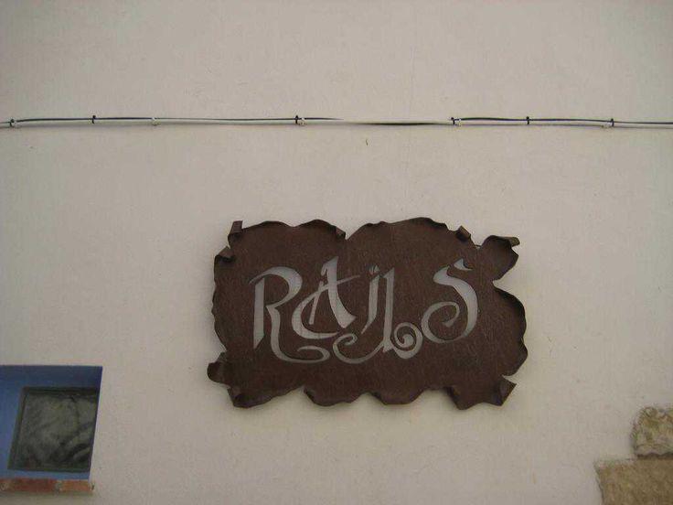 Información sobre  Rails en Castellote El Rails es una casa adosada situada en Castellote, en Aragón, a 28 km de Morella. El establecimiento goza de vistas a la montaña y está a 41 km de Valderrobres. El Rails dispone de zona de comedor, cocina con lavavajillas, horno y mic...