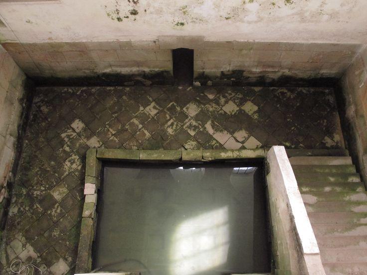 Zrcadlo II - naproti zrcadlu je vchod do prostoru dvojité zdi