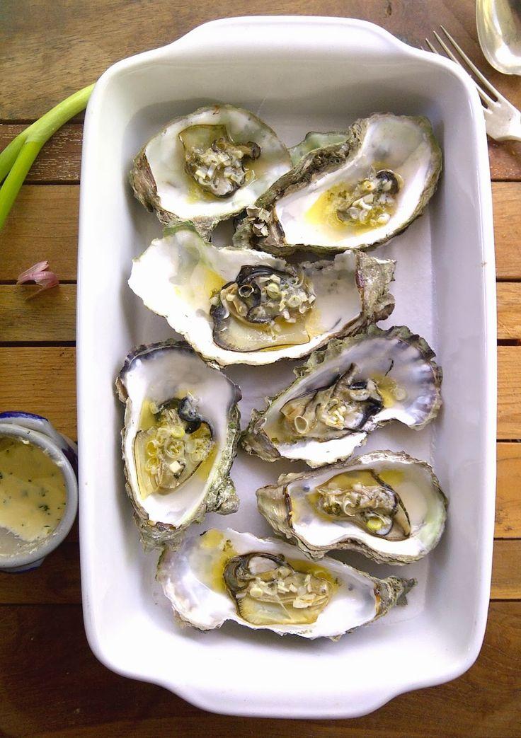 Oesters en Uien : Wilde Oosterschelde oesters met citroenboter en peterselie van onder de grill