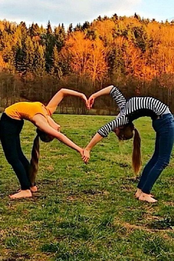 20 Fun and Creative Best Friend Photoshoot Ideas - IdeaStand